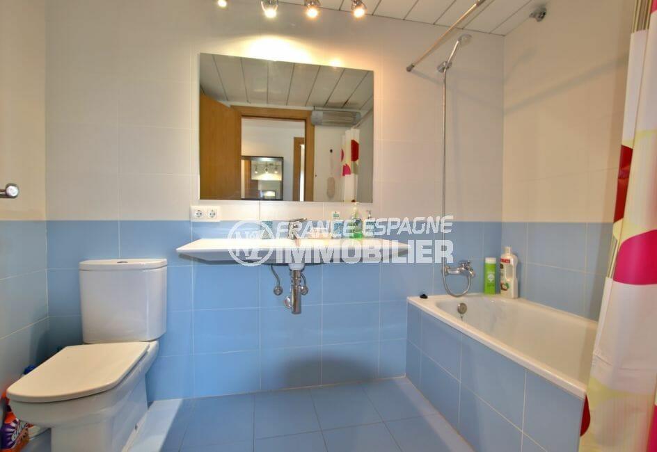 agence empuriabrava: appartement 8 m², salle de bains avec baignoire, lavabo et wc