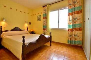 appartement à vendre à rosas espagne, piscine, chambre lumineuse avec lit double