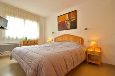 appartement à vendre à rosas espagne, piscine, première chambre lumineuse avec lit double