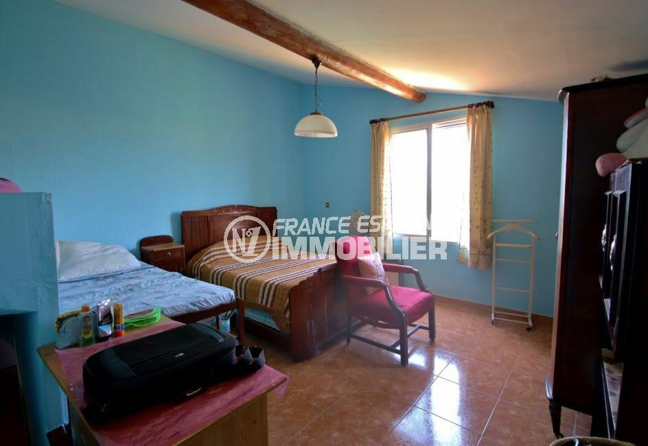 vente immobiliere rosas: villa 91 m² deuxième chambre avec deux lits et rangements