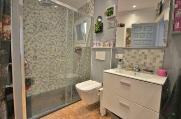 acheter appartement rosas, salle de bain avec douche à l'italienne et wc