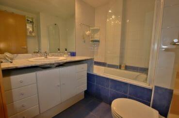 vente appartement rosas espagne, solarium, salle de bains avec baignoire, vasque et wc