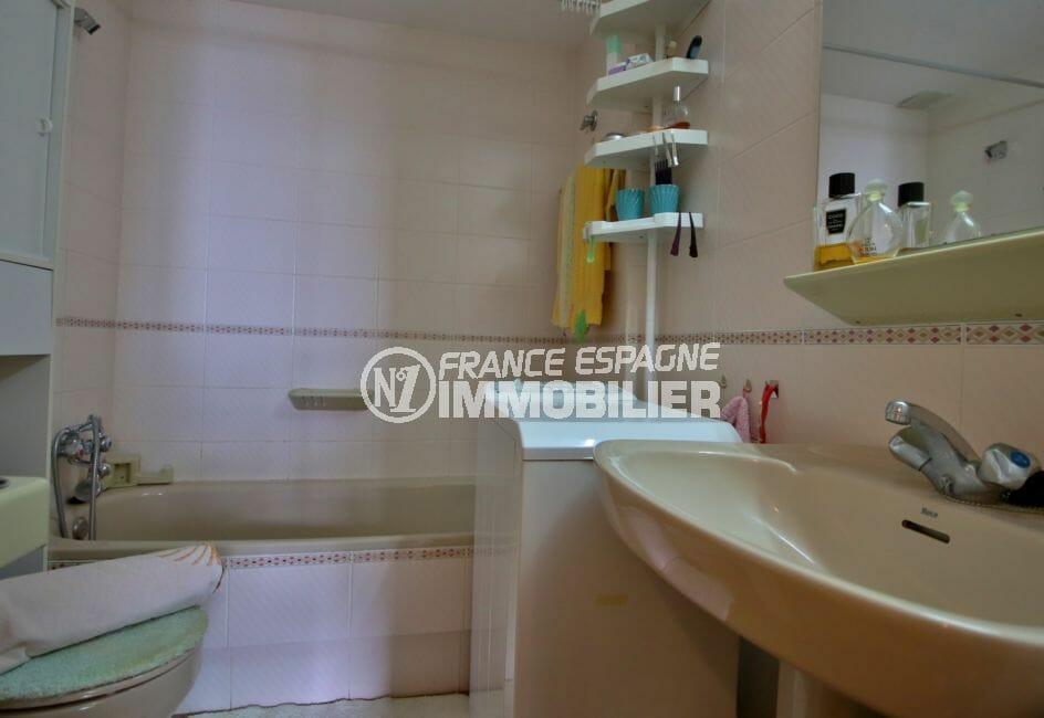 vente appartement rosas espagne, salle de bains avec baignoire, vasque et wc