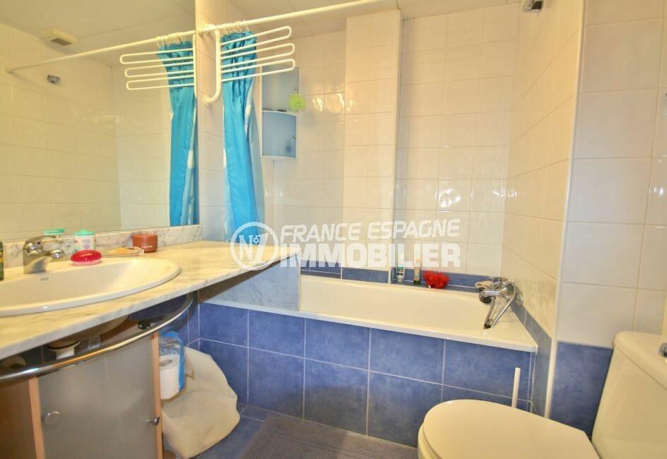 vente appartement rosas espagne, atico, salle de bains avec baignoire, vasque et wc