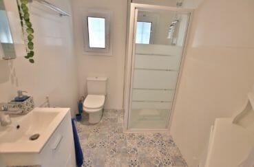 acheter appartement rosas, secteur prisé, salle d'eau avec douche, vasque et wc