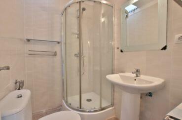 vente immobilière rosas: villa 99 m², salle d'eau avec cabine de douche, lavabo et wc