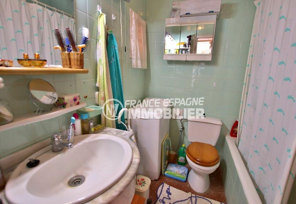 appartement à vendre à rosas espagne, vue mer, salle de bains avec baignoire, vasque et wc