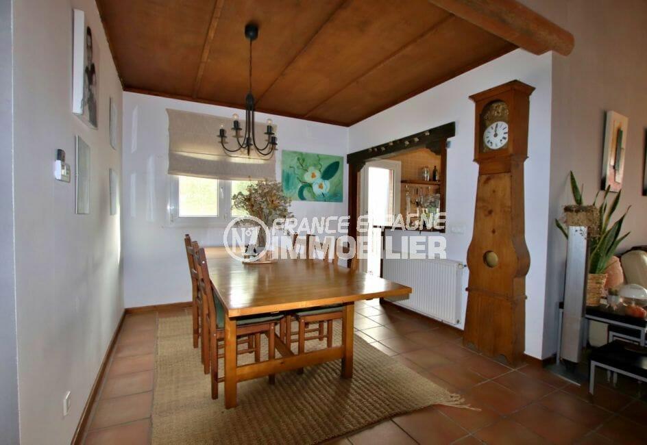 vente immobiliere rosas: villa 154 m², séjour avec grande table à manger, cuisine semi ouverte