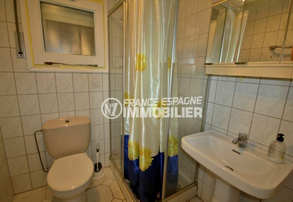 maison a vendre espagne, proche commodités, deuxième salle d'eau avec douche, vasque et wc