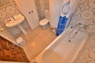 maison a vendre espagne, parking, salle de bains avec baignoire, lavabo et wc