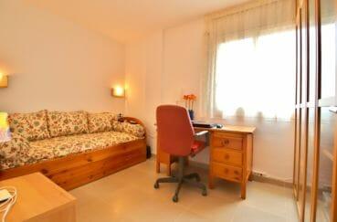 vente appartements rosas espagne, parking, deuxième chambre avec lit gigogne et bureau