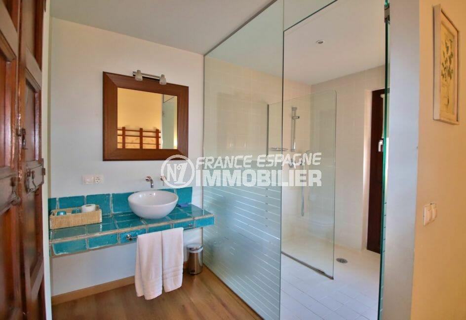 vente immobilière costa brava: villa mas catalan, salle d'eau attenante de la 1ère suite parentale