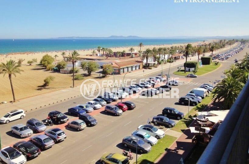 vue sur le grand parking près de la plage environnante