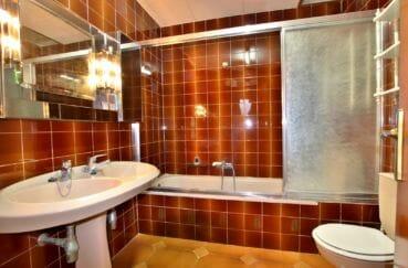 vente immobilière rosas: villa 260 m², salle de bains avec baignoire, lavabo et wc