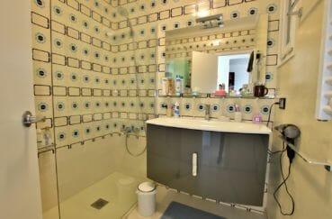 vente appartement rosas espagne, vue mer, salle d'eau avec douche et meuble vasque