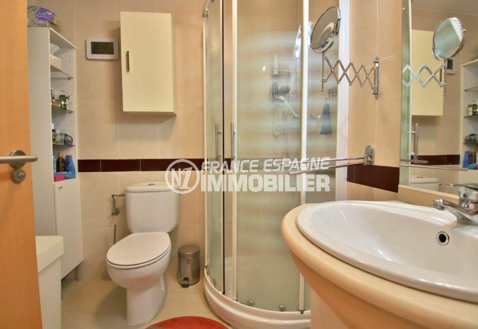 vente appartement rosas espagne, 74 m², salle d'eau avec cabine de douche, vasque et wc