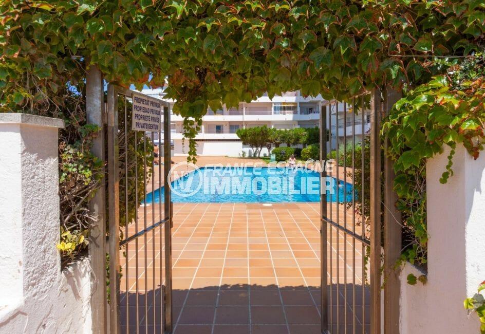 immo center rosas: appartement 51 ², accès à la piscine par l'extérieur de la résidence