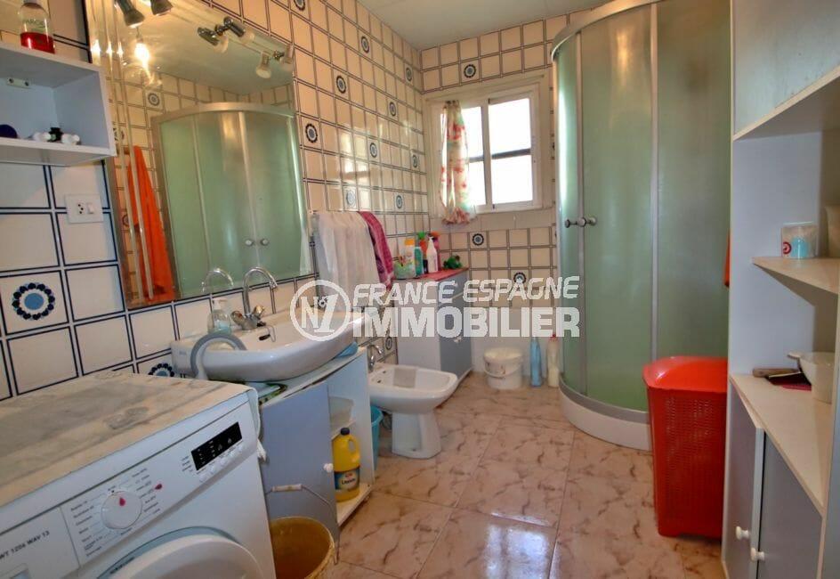 achat maison costa brava, 91 m², salle d'eau avec cabine de douche, lavabo et bidet