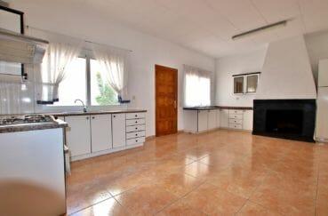 maison a vendre espagne rosas, 260 m², cuisine indépendante avec cheminée accès patio intérieur