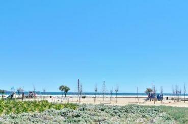 aperçu de l'aire de jeux pour enfants près de la plage aux alentours