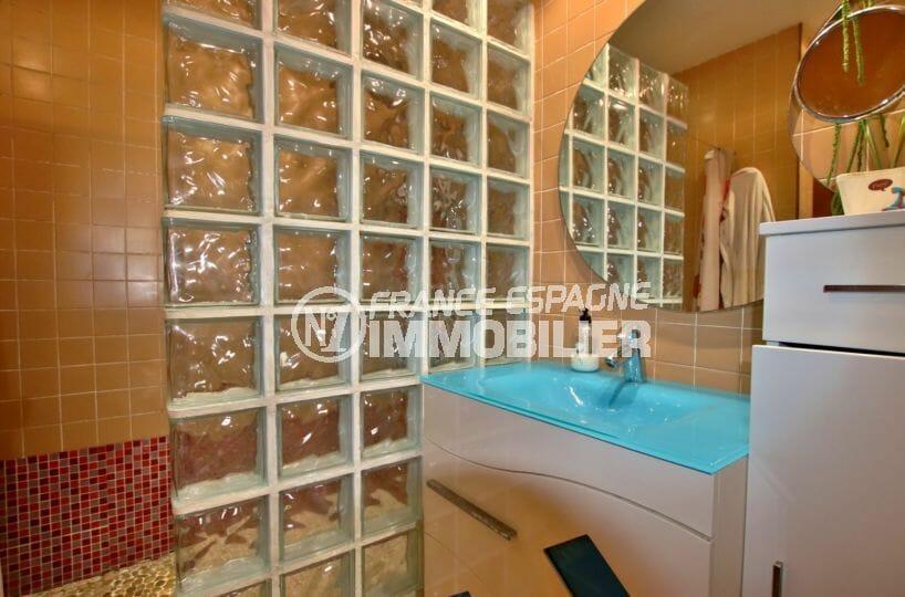 maison a vendre espagne rosas, grand terrain, salle d'eau avec douche, meuble vasque et rangements