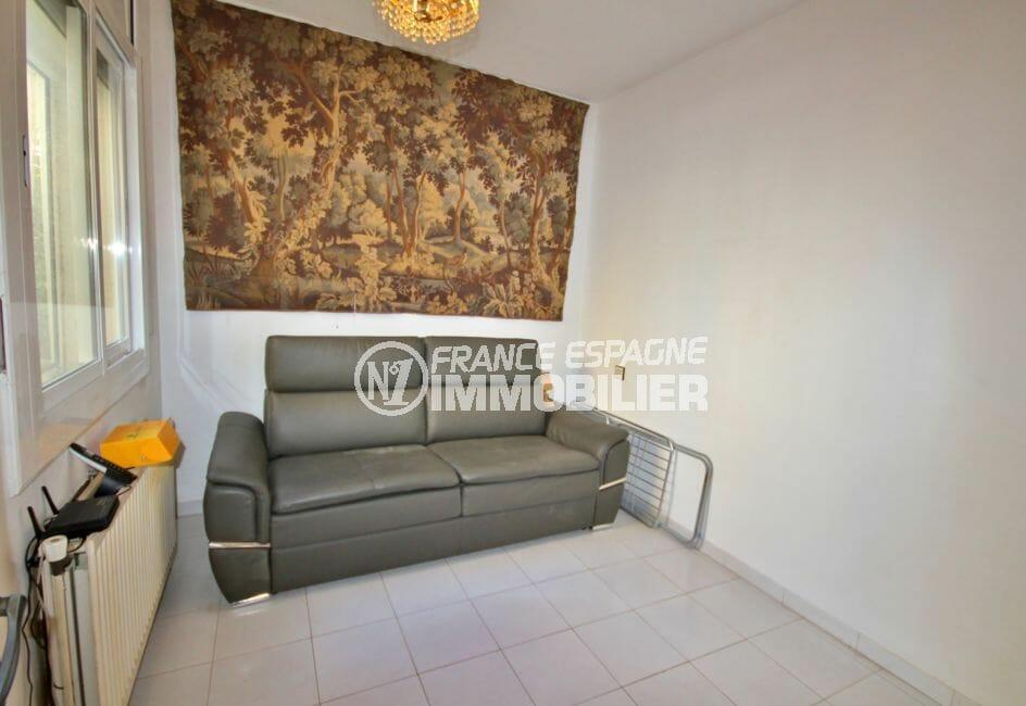 maison a vendre espagne, garage, deuxième chambre lumineuse avec canapé