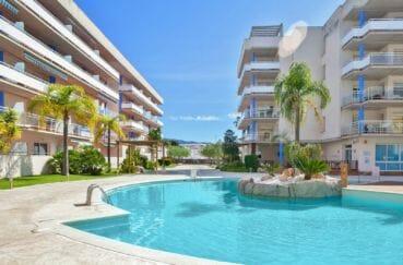 roses espagne: appartement 57 m², aperçu de la piscine communautaire résidence standing
