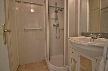 agence empuriabrava: villa 138 m², deuxième salle d'eau avec douche et meuble vasque