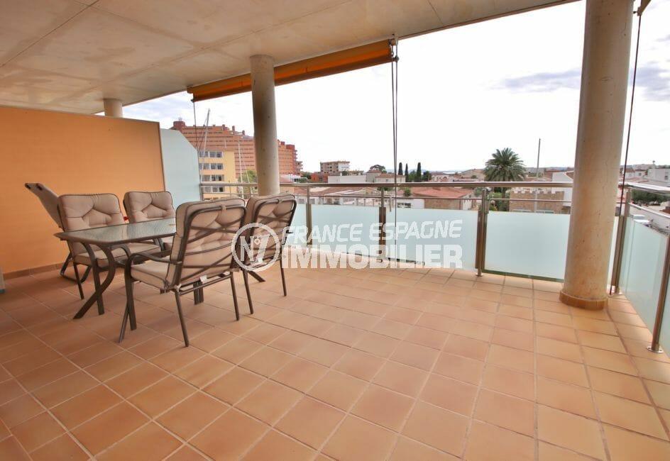 appartement rosas vente, piscine, espace détente et repas depuis la terrasse vue marina