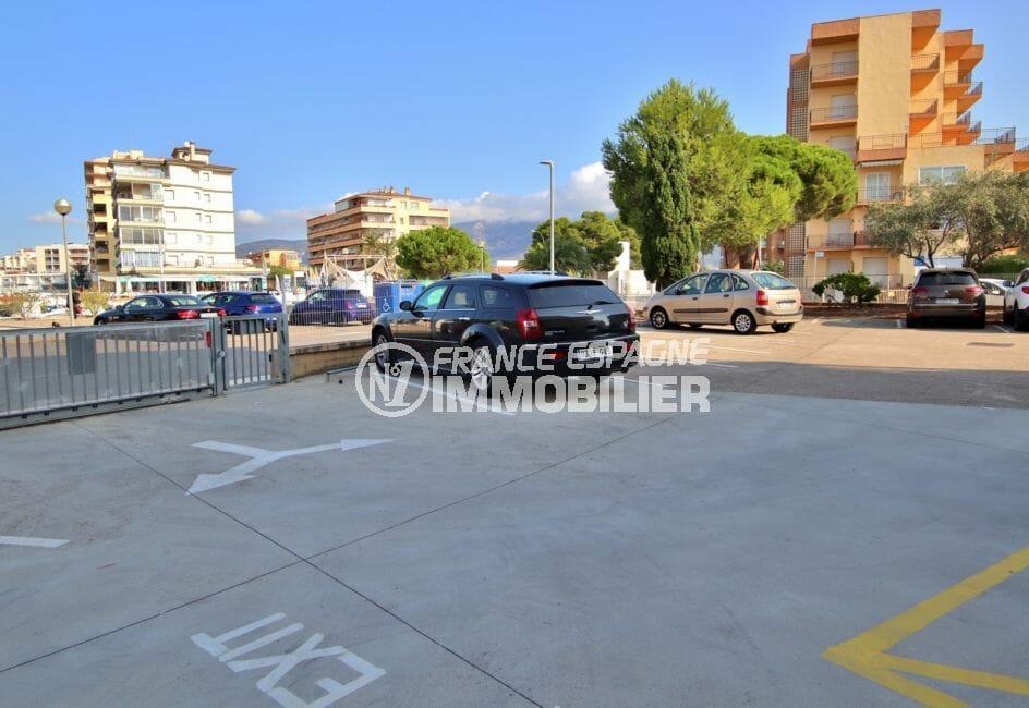 parking communautaire fermé et sécurisé