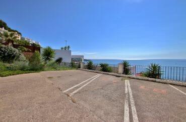 immo center rosas: appartement 88 m², aperçu du parking privé vue sur la mer