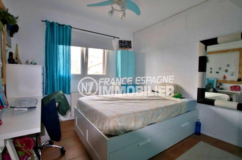 maison a vendre espagne costa brava, rosas, première chambre avec lit double et bureau