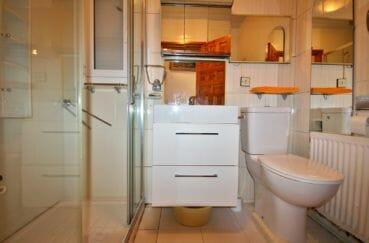 vente villa empuriabrava, amarre, salle d'eau avec douche, vasque et wc