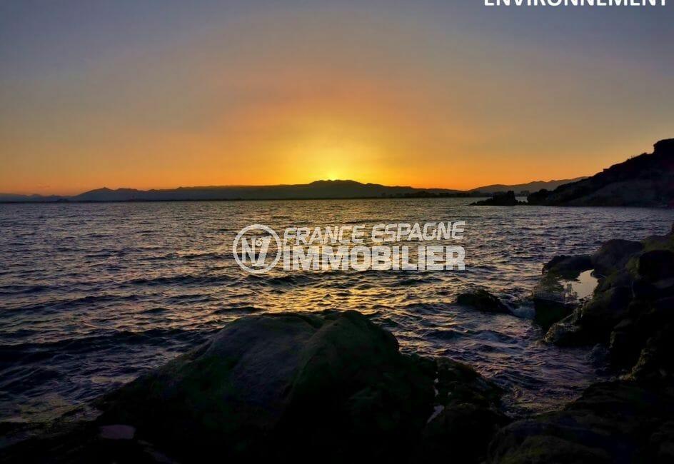 magnifique coucher de soleil sur la plage de rosas