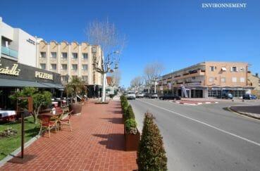 commerces et centre-ville aux environs
