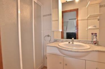 agence immobiliere costa brava espagne: villa roses, salle d'eau avec douche et meuble vasque