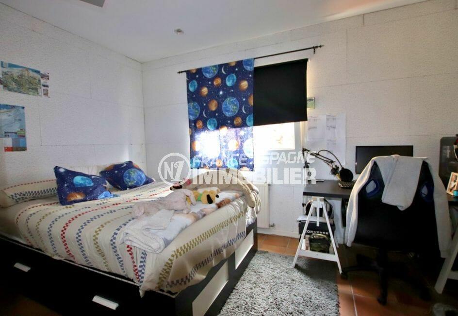 immo center rosas: villa 154 m², deuxième chambre avec lit double et bureau