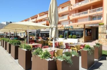 terrasses de restaurants près de la plage environnante