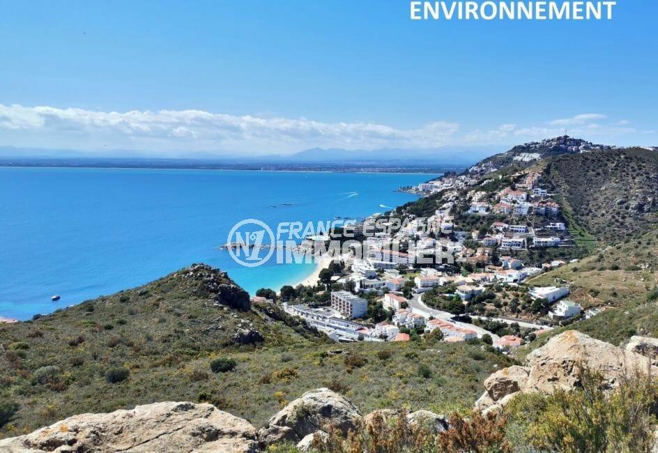 magnifique paysage entre mer et montagnes à proximité