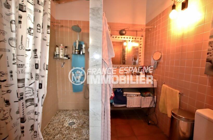 immo center roses: villa 154 m², salle d'eau avec double, meuble vasque et rangements