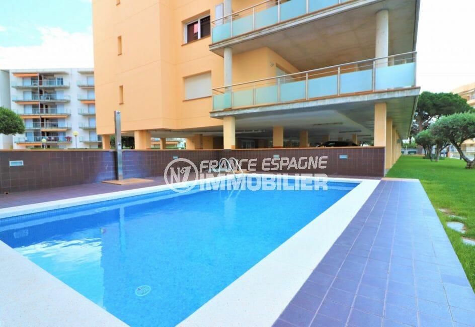 immocenter roses: appartement 74 m², vue sur la piscine avec douche et ses extérieurs