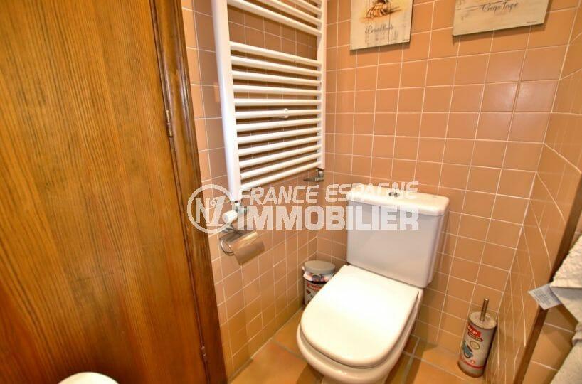roses immobilier: villa 154 m², toilettes dans la salle d'eau