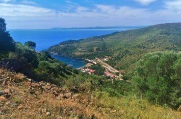 magnifique paysage entre montagnes et mer à proximité