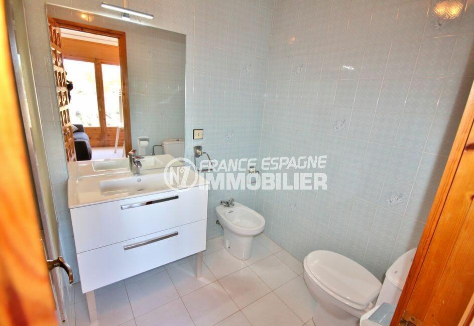 achat maison costa brava, empuriabrava, première salle de bains avec vasque et wc / bidet