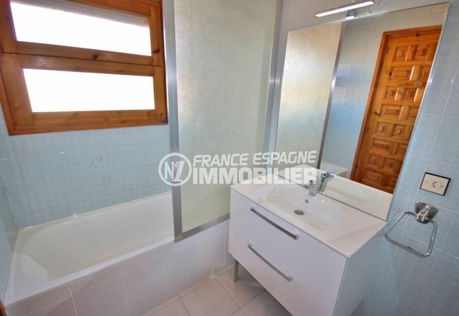 vente immobiliere costa brava: villa 172 m², salle de bains avec baignoire et meuble vasque