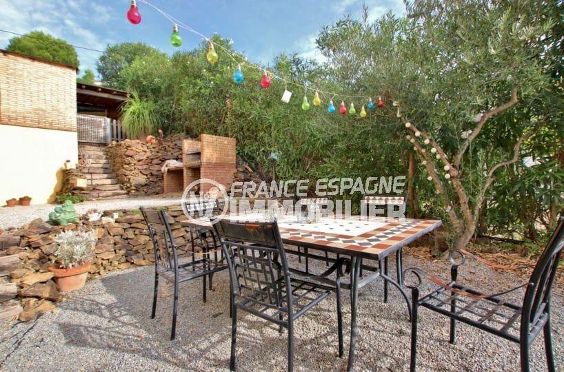maison a vendre espagne bord de mer, rosas, aperçu de la terrasse et barbecue en pierre