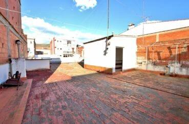 acheter maison costa brava, villa rosas, aperçu du patio intérieur accès cuisine