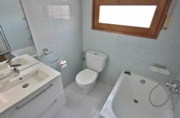 vente immobilière costa brava: villa 172 m², deuxième salle de bains avec baignoire et vasque