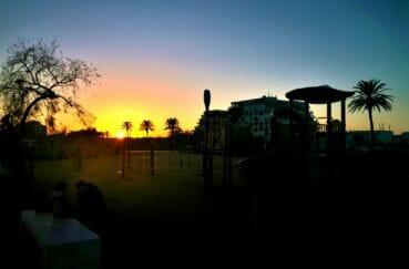 nuit tombante sur le parc de jeux pour enfants aux environs de la plage
