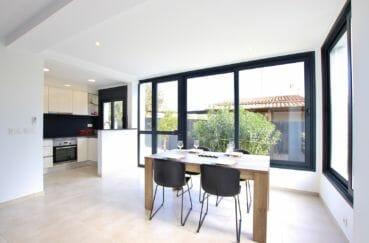 immo roses: villa 105 m², salle à manger avec de grandes baies vitrées, cuisine américaine meublée et équipée